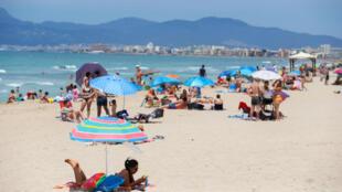المواطنون يعودون إلى الشواطئ الإسبانية