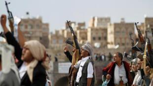 عناصر الحوثيون بسلاحهم في اليمن