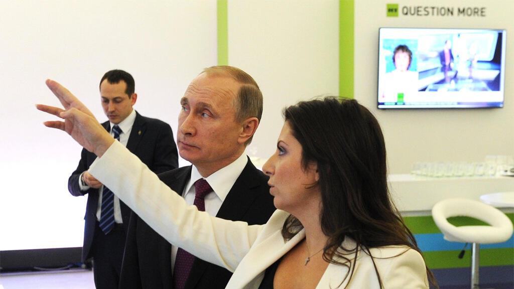 """رئيسة تحرير شبكة قنوات """"روسيا اليوم"""" مارغاريتا سيمونيان مع الرئس الروسي فلاديمير بوتين"""