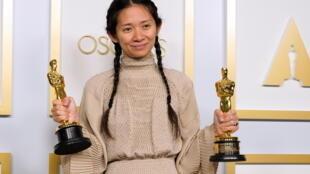 """كلوي تشاوي تفوز بجائزة الأوسكار لأفضل مخرج عن فيلم """"أرض الرحل"""""""