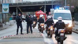 رجال الشرطة في باريس-
