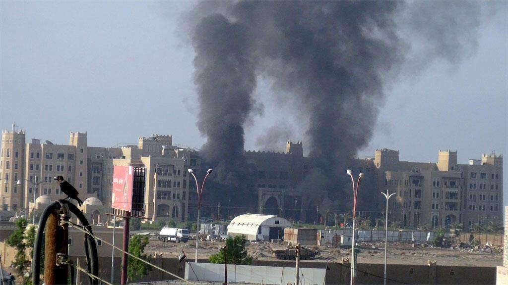 تصاعد أعمدة  الدخان من فندق القصر بعد انفجارات استهدفته  في عدن، 6 أكتوبر 2015.