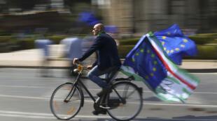 متظاهر مؤيد للاتحاد الأوروبي على دراجته في أحد شوارع روما