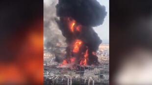 النيران وسحب الدخان تتصاعد من حريق جديد في مرفأ بيروت