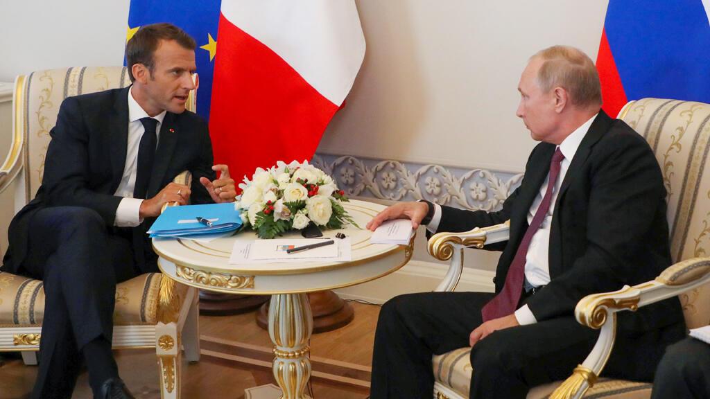 فلادمير بوتين يتحادث مع ايمانويل ماكرون في موسكو يوم 24 مايو 2018