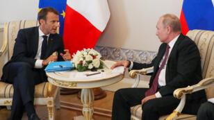 فلادمير بوتين يتحادث مع ايمانويل ماكرون