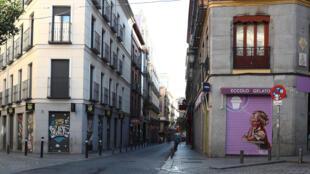 خلوّ أحد الشوارع الاسبانية من المارة بسبب فيروس كورونا