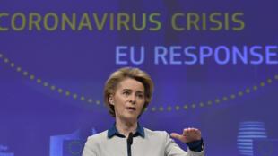 رئيسة المفوضية الأوروبية أورسولا فون دير لين خلال مؤتمر صحفي عقدته في بروكسل يوم 15 أبريل 2020 حول وباء كورونا