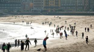 الإسبان على الشواطئ بعد تخفيف اجراءات العزل
