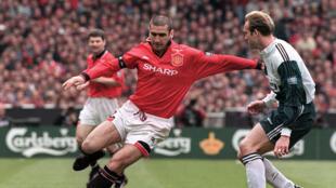 لاعب مانشستر يونايتد إريك كانتونا في نهائي كأس انكلترا لكرة القدم يوم 11 مايو 1996
