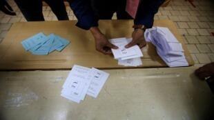 انتهاء التصويت في استفتاء الجزائر على تعديل الدستور وبدء عمليات الفرز