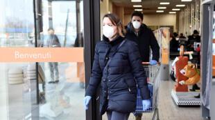 إيطاليان يضعان القناع خوفا من فيروس كورونا