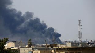 """دخان يتصاعد من مدينة الموصل القديمة بسبب المعارك ضد تنظيم """"الدولة الإسلامية"""""""