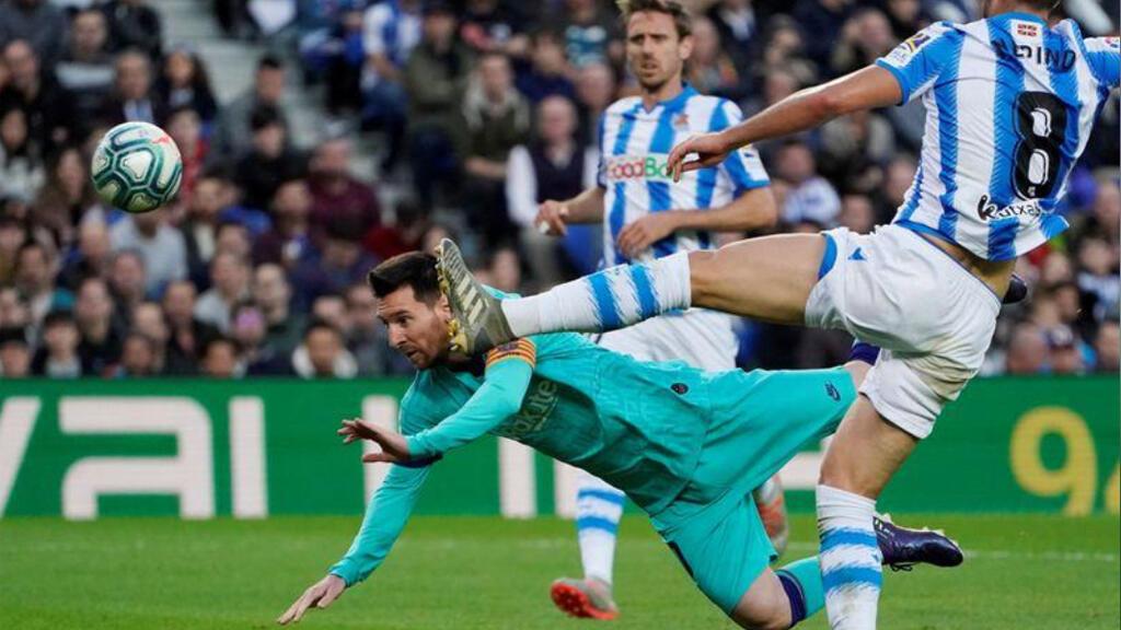 ليونيل ميسي لاعب برشلونة مع مايكل ميرينو لاعب ريال سوسيداد في مباراتهما في دوري الدرجة الأولى الإسباني لكرة القدم يوم السبت 14/12/2019