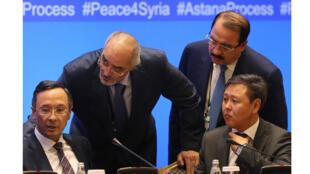 مسؤولان سوريان: الجعفري وحداد يتحادثان إلى مسؤولين من كازاخستان، أستانا (15-09-2017)