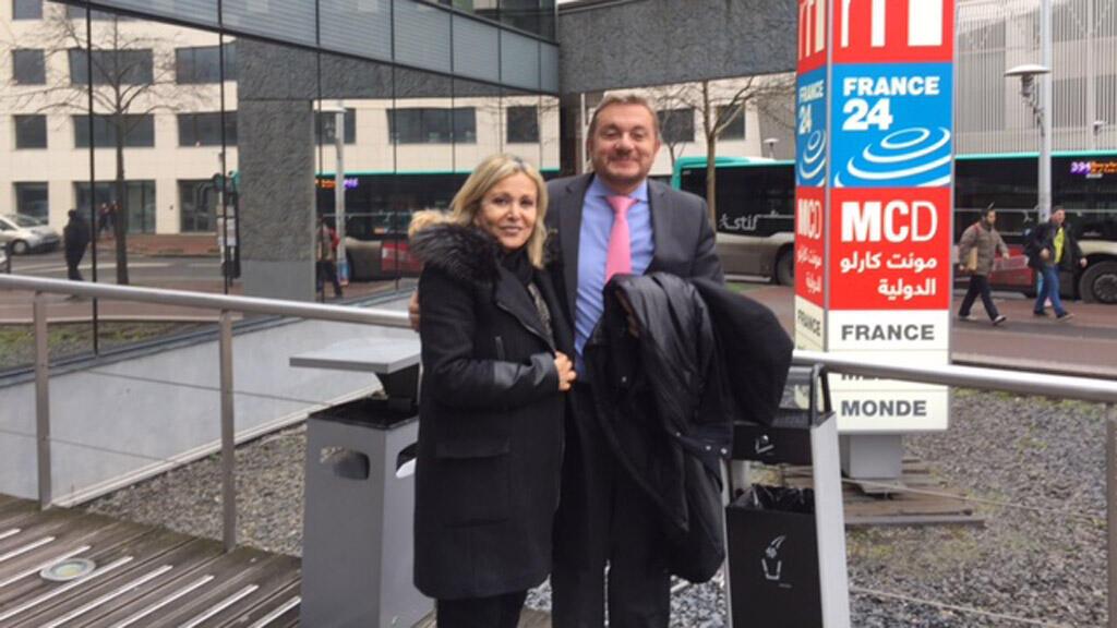 الدكتور رولان طمب رفقة الإعلامية كابي لطيف (أمام مبنى إذاعة مونت كارلو الدولية، باريس)