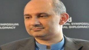 الكاتب ياسر ثابت