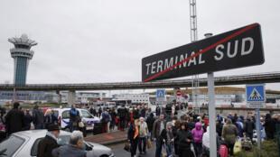 إجلاء آلاف الأشخاص من مبنيي مطار أرولي