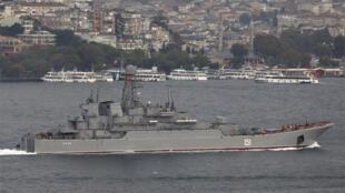 بارجة بحرية روسية في طريقها  الى البحر الابيض المتوسط
