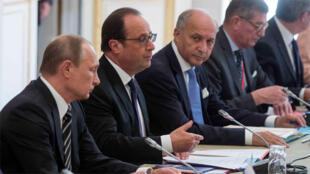 الرئيسان فرانسوا هولاند و فلاديمير بوتين ووزير الخارجية الفرنسي لوران فابيوس