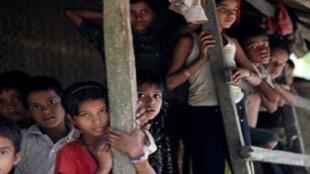 أطفال الروهينغاالمسلمون خارج قراهم في ولاية راخين