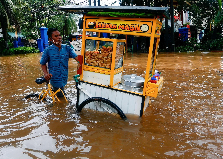 2021-02-20T130223Z_554895425_RC27WL9PY0L8_RTRMADP_3_INDONESIA-FLOODS