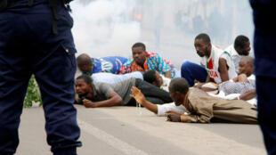 الشرطة تطلق الغاز المسيل للدموع وتعتقل متظاهرين