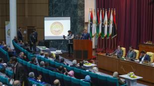 رئيس الوزراء الليبي عبد الحميد الدبيبة يلقي كلمة أمام المندوبين خلال الجلسة البرلمانية الأولى في مدينة سرت شرق العاصمة في 9 مارس 2021