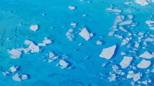 قطع من الجليد تطفو داخل برك المياه الذائبة على قمة نهر هيلهايم الجليدي بالقرب من تاسيلاك، جرينلاند