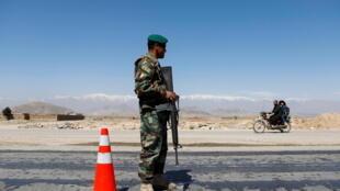 جندي من الجيش الوطني الأفغاني يقف في حراسة عند نقطة تفتيش
