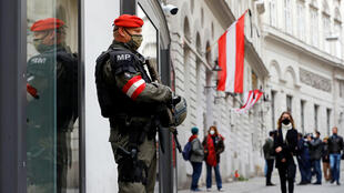 عنصر من القوات الخاصة النمساوية في موقع اعتداء فيينا