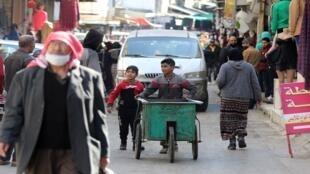 طفلان يدفعان بعربة في الأردن