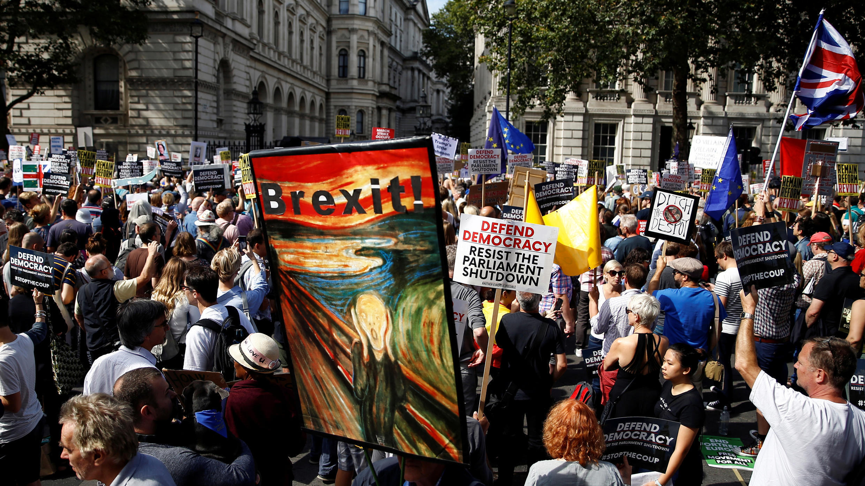 متظاهرون مناهضون لخروج بريطانيا من الاتحاد الأوروبي يحتجون خارج أبواب داونينج ستريت في وايتهول في لندن ، إنجلترا ، 31 أغسطس 2019