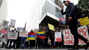 """تظاهرة أمام بنك """"غولدمن ساكس""""، نيويورك، ضد شراء الديون الفنزويللة (30-05-2017)"""