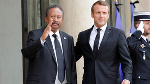 الرئيس الفرنسي إيمانويل ماكرون ورئيس الوزراء السوداني عبد الله حمدوك