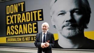 جون شيبتون، والد جوليان أسانج مؤسس موقع ويكيليكس، يقف لالتقاط صورة له أمام ملصق لابنه وسط لندن يوم 8 سبتمبر 2020