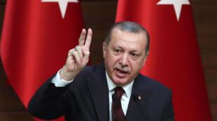 رجب طيب أردوغان خلال خطابه أمام المخاتير في المجمع الرئاسي بأنقرة