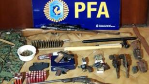 الأسلحة التي كانت بحوزة انعتقلان من قبل الشرطة الأرجنتينية