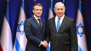 الرئيس الفرنسي أيمانويل ماكرن يصافح رئيس الوزراء الإسرائيلي بنيامين نتانياهو خلال زيارته الى إسرائيل يوم 22 يناير 2020