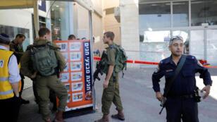 جنود إسرائيليون في مكان حادثة الطعن
