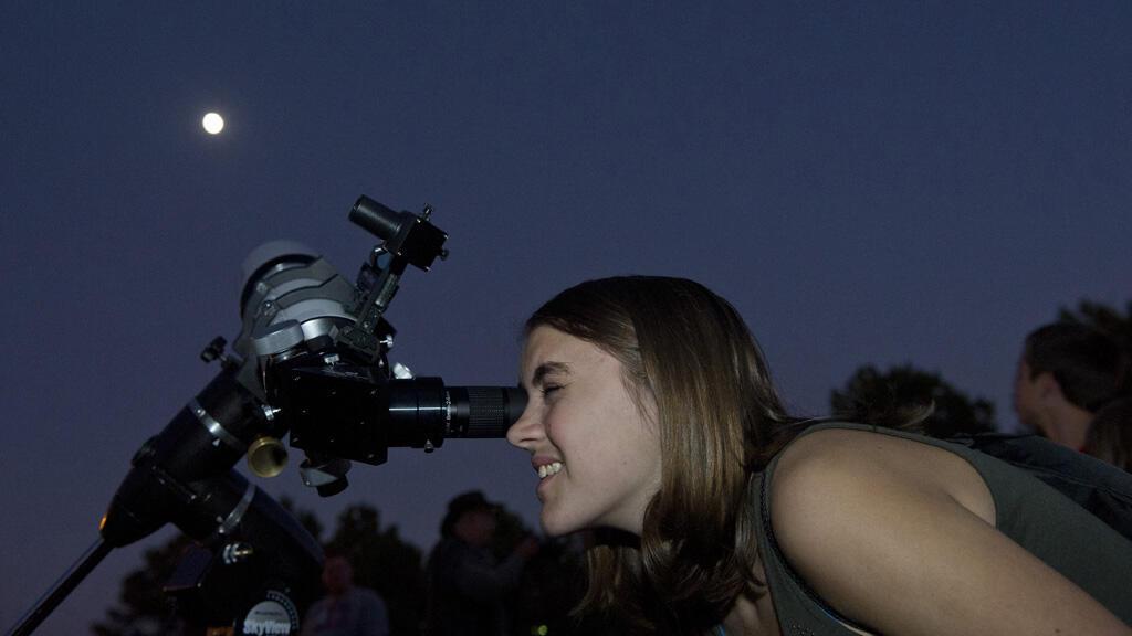 مراهقون يراقبون القمر ضمن برنامج تابع بناسا