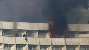 رجل يحاول الهروب من شرفة الفندق أثناء الهجوم