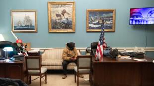 أنصار لدونالد ترامب في مكتب نانسي بيلوسي يوم اقتحام الكونغرس