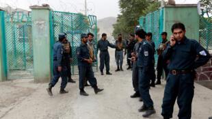 رجال شرطة أفغانيون بالقرب من موقع التفجير في كابول 03-06-2017