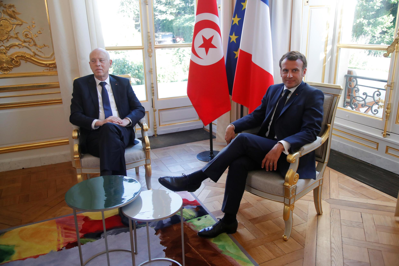 الرئيس الفرنسي إيمانويل ماكرون يستقبل نظيره التونسي قيس سيّعد في قصر الإليزيه بباريس يوم 22 يونيو حزيران 2020
