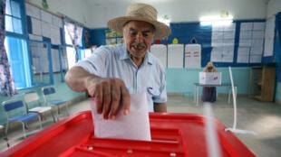 مواطن تونسي ينتخب