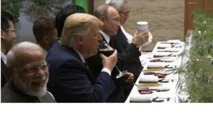 في  قمة مجموعة العشرين ،أحضر فلاديمير بوتين فنجانه من الشاي