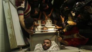 جثث الفلسطينيين الذين قتلوا بعد أن قامت إسرائيل بتفجير ما قالت إنه نفق يمتد من قطاع غزة إلى أراضيها في مستشفى الأقصى في دير البلح في غزة يوم 30 أكتوبر 2017