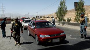 قوات أفغانية تقوم بتفقد سيارات
