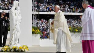 البابا فرنسيس يحيي قداسا في ملعب في أبوظبي (05-02-2019)